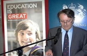 Embajador británico John Saville durante el lanzamiento de la Asociación Chevening Alumni de Venezuela