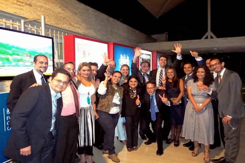El Embajador británico John Saville y un grupo de ex becarios Chevening venezolanos.