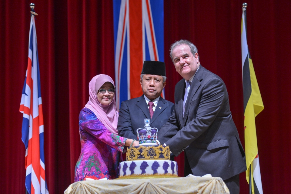 Guests of Honour YB Pehin Datu Lailaraja Major General (R) Dato Paduka Seri Haji Awang Halbi bin Haji Mohd Yussof and YM Datin Hajah Kalshom binti Haji Suhaili cutting the birthday cake with H.E. David Campbell.