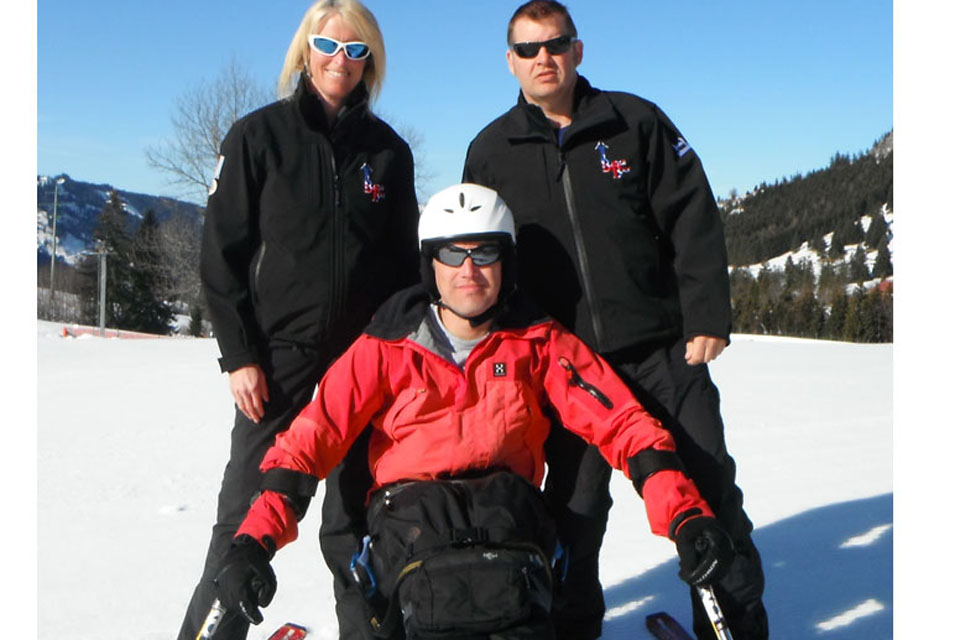 Flight Lieutenant Steph Groves and Chief Petty Officer Archie Gemmell with an adaptive skier
