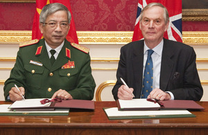 Lieutenant General Nguyen Chi Vinh and Lord Astor of Hever sign the Defence Co-operation Memorandum of Understanding