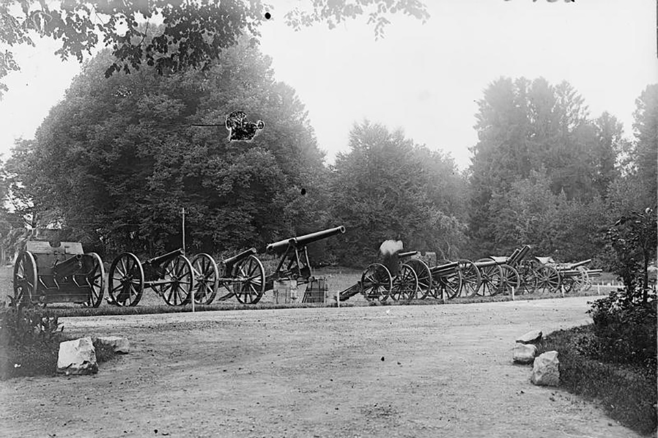 Guns captured in the Battles of the Somme, in the grounds of Querrieu Chateau, 4th Army H.Q.