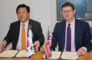 Minister of Trade, Industry and Energy Joo Hyung-Hwan and Business and Energy Secretary Greg Clark