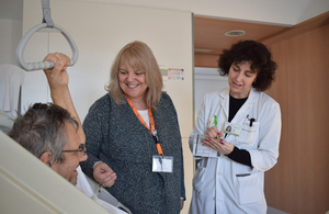 Una voluntaria británica en Alicante, galardonada por la primera ministra británica