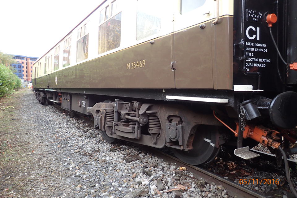 Leading coach derailed by three axles