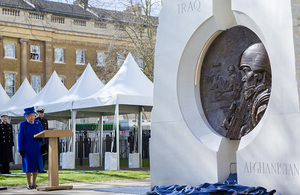 HM The Queen unveils The Iraq And Afghanistan Memorial. Crown Copyright.