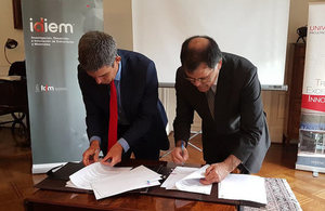 Dr. Peter Bonfield, CEO of the BRE Group, and Patricio Aceituno. Dean of the Mathematics and Physical Sciences Faculty at the University of Chile sign MOU.