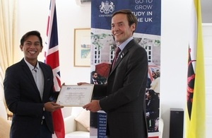 British High Commissioner Richard Lindsay presenting Pengiran Shahyzul Khairuddien with his certificate