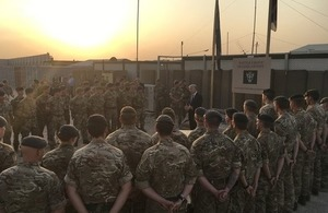 Sir Michael Fallon addresses UK personnel in Erbil. Crown copyright.