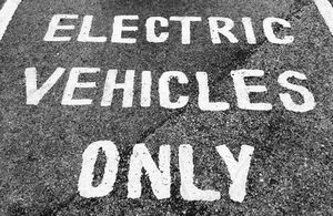 Parking bay for electric vehicles
