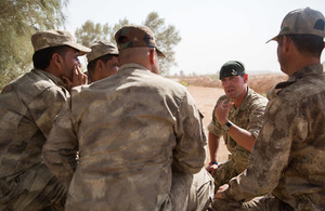 A 2 RIFLES non-commissioned officer briefs Iraqi soldiers before a practical exercise at Camp Al Asad, Iraq. Crown copyright.