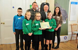 Schoolchildren accept award