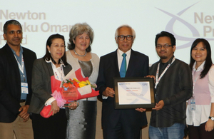 Vicki Treadell & Tan Sri Zakri Abdul Hamid (centre) presented the Newton Prize to Prof Phang Siew Moi (2nd from left) and her team from UM