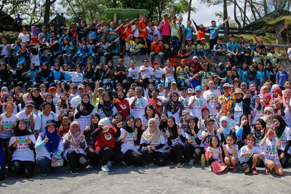 All the volunteers at the Commonwealth Big Lunch: Beach Cleanup and Tree Planting