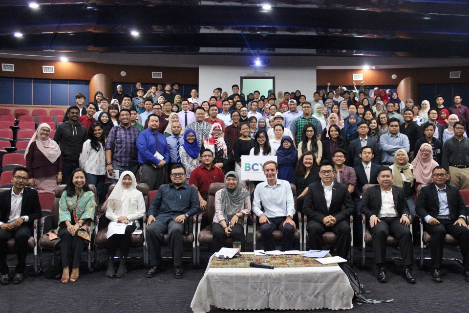 British High Commissioner, Richard Lindsay, Legislative Council Members Yang Berhormat Hafimi, Yang Berhormat Siti Rozaimeriyanty and Yang Berhormat Iswandy, with the participants, speakers and organising committee of the Brunei Chevening Youth Forum.