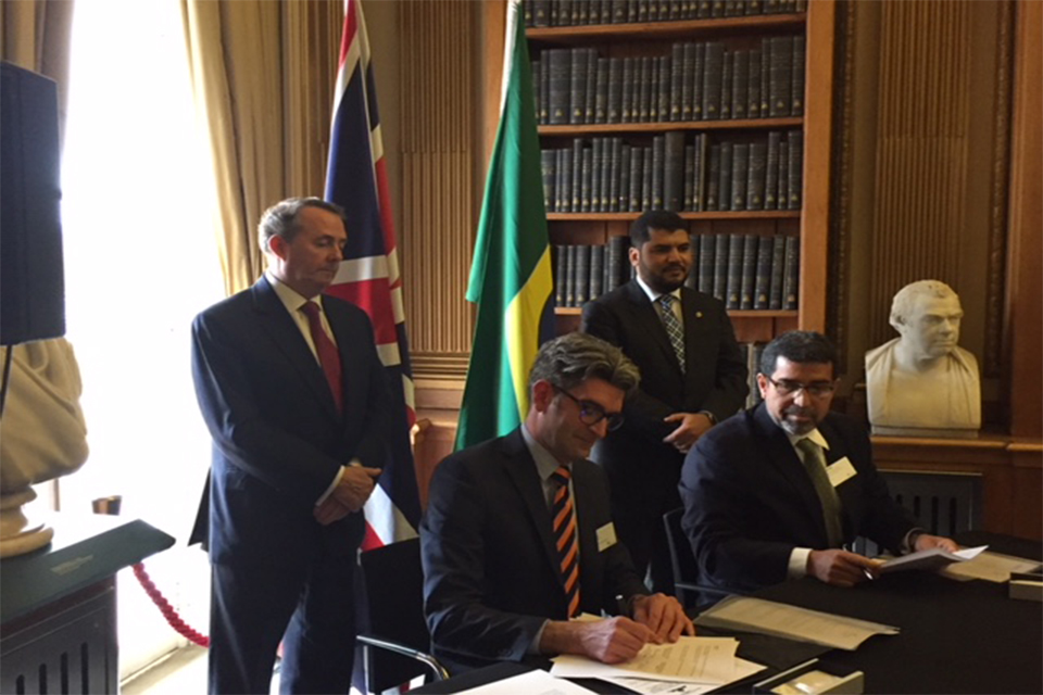 Ministers witnessing the signing of the PPH agreement by Andy Bartlett and Mauro Maia.