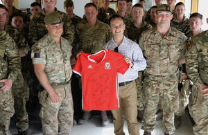 Alun Cairns delivers Welsh Jerseys to the troops