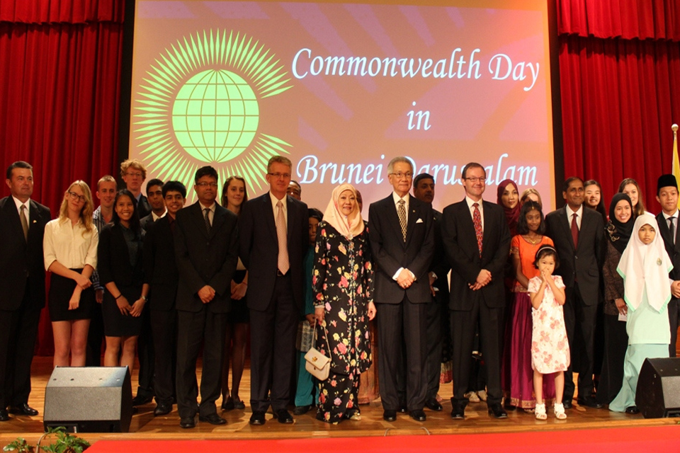 Group photo of the Guest of Honour YB Pehin Dato Hj Isa, his spouse Datin Hajah Rosnah, all the High Commissioners & Commonwealth youth