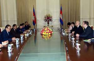 Ambassador Mark Gooding holds talks with Cambodian Prime Minister