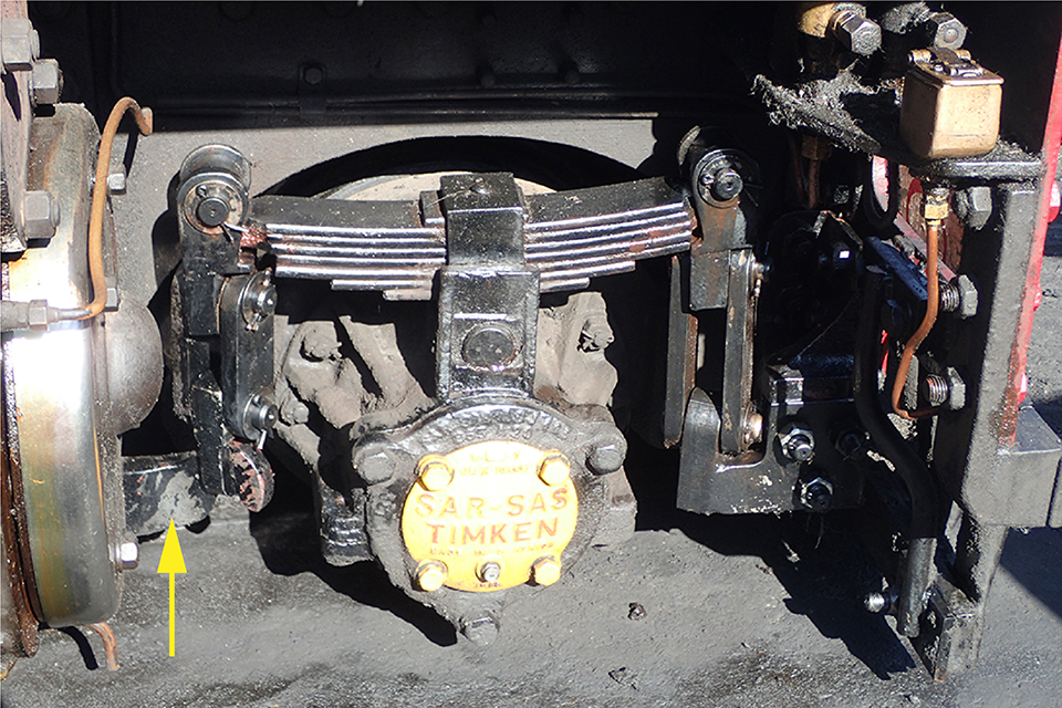 The undamaged opposite side of the leading wheelset on locomotive 143, taken after the locomotive had been recovered from the derailment site, showing the normal suspension arrangement. The undamaged equalising beam is arrowed.