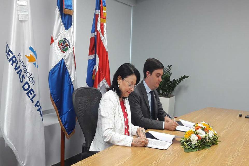 El Subjefe de Misión Maxwell Irving y la Sra. Rosa Rita Alvárez, Presidente Ejecutiva de la Fundación de Reservas.