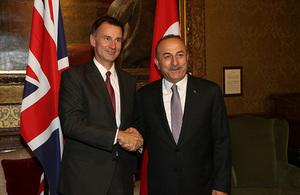 Foreign Secretary Jeremy Hunt shaking hands with Turkish Foreign Minister Mevlüt Çavuşoğlu.