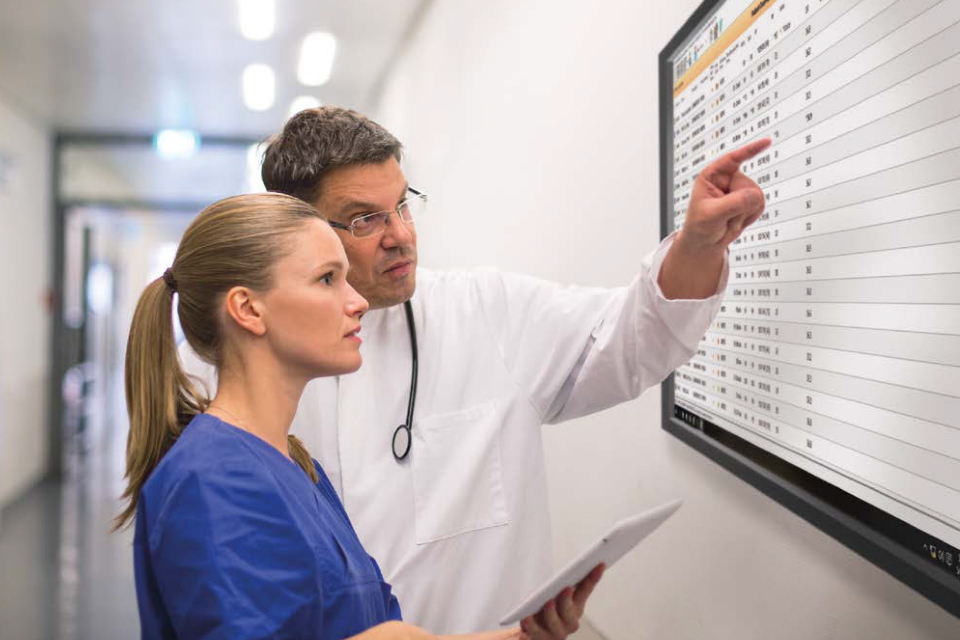 Doctors looking at a screen (credit: Philips Healthcare)