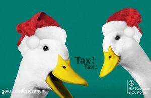 Self Assessment advertising image: 'tax ducks' wearing Santa hats / Llun hysbysebu Hunanasesiad: 'hwyaid treth' yn gwisgo hetiau Siôn Corn