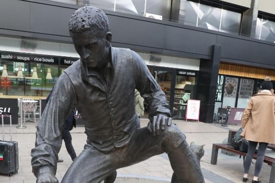 Statue of Flinders kneeling on compass outside of Euston station