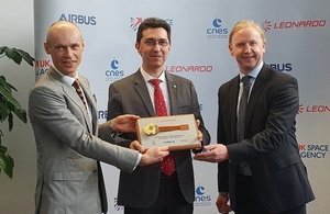 Peter Dillon, VP Infrared Detectors Business, presents UKSA CEO Graham Turnock and CNES's Alain Gleyzes with a detector developed by Leonardo