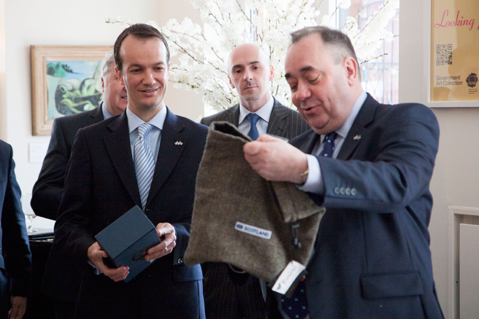 Consul General Lopez accepts gifts from Alex Salmond: the complete works of Robert Burns and a Harris Tweed bag