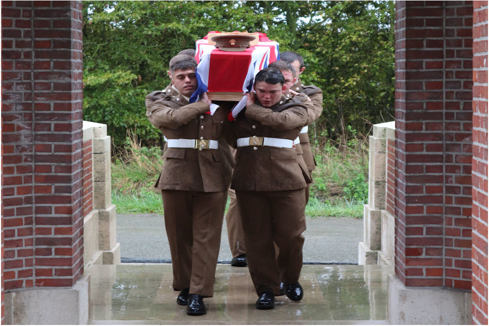 BURIAL SERVICE HELD ON THE WESTERN FRONT FOR TWO UNKNOWN LONDON SOLDIERS OF THE ROYAL FUSILIERS