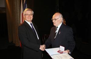 Ambassador Robin Barnett with Tomasz Miedziński (President of the Association) - photo by Andrzej Machnowski (Agencja ATM)