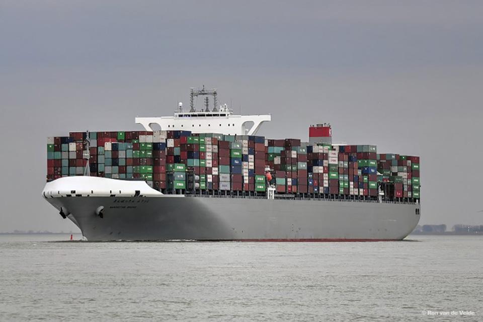 Photograph of container vessel Manhattan Bridge (image: Ron van de Velde)